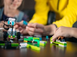 Crianças utilizam lego durante a robótica educacional.