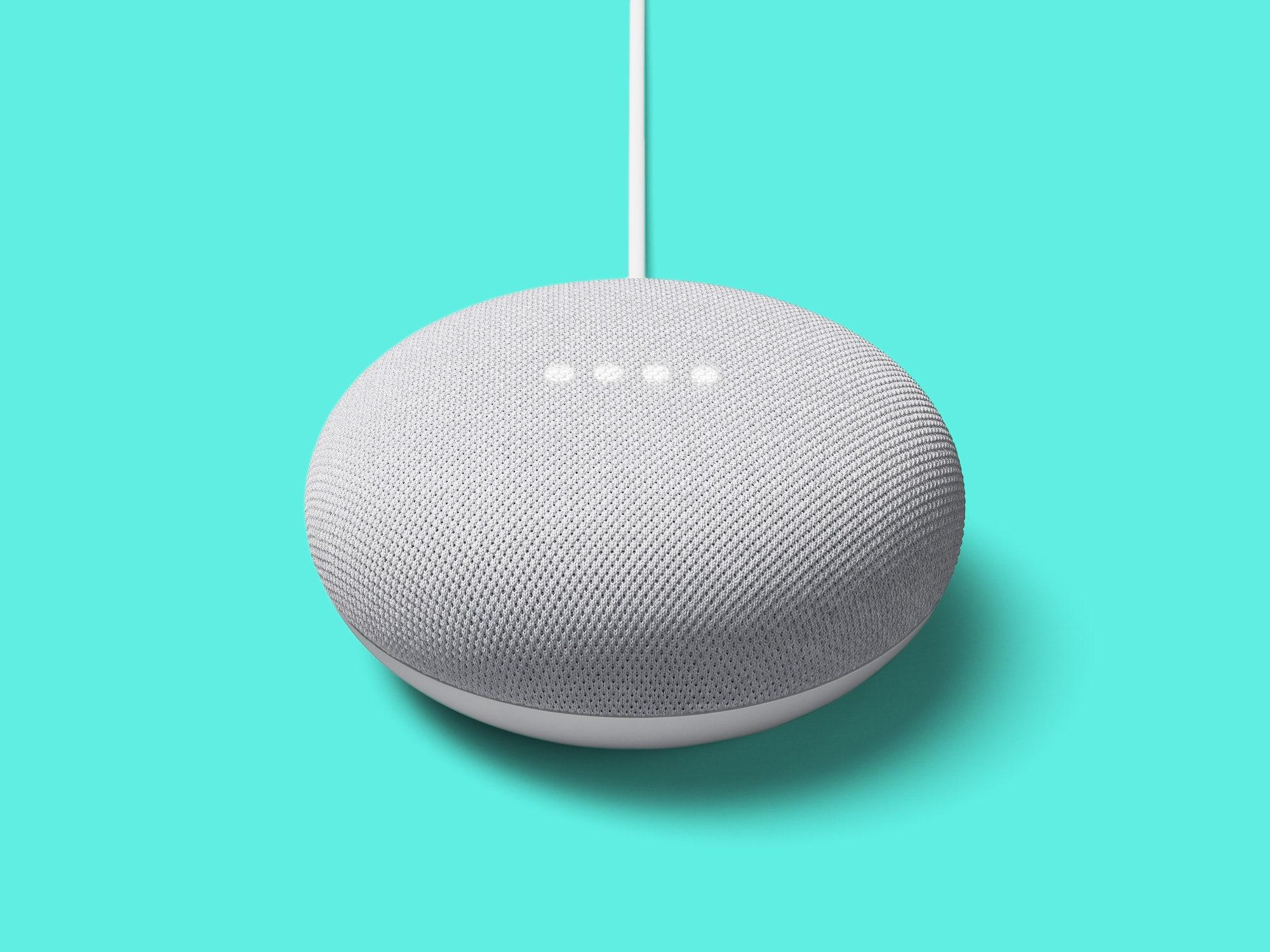 Fotografia de Google Nest Mini em fundo azul.