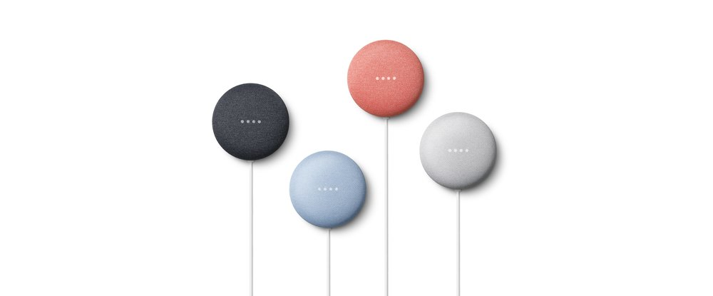 Fotografia de quatro Google Nest Mini de cores diferentes.